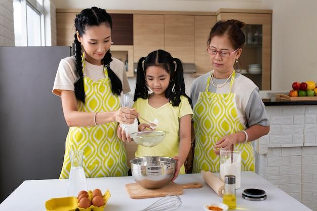 Średnie ujęcie gotowania rodzinnego