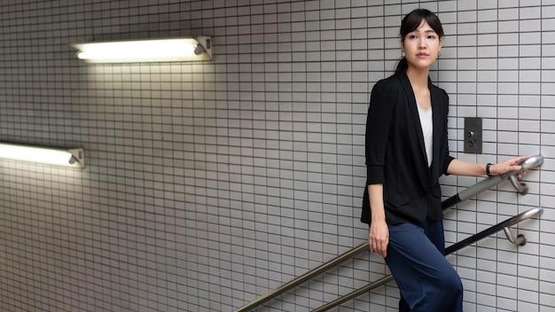 Średnie ujęcie kobiety na schodach