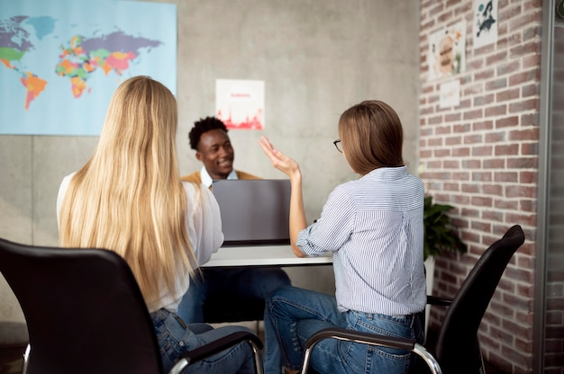 Średnie ujęcie kobiety rozmawiające z biurem podróży