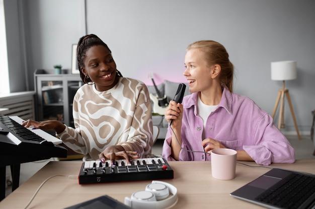 Średnie ujęcie kobiety tworzące muzykę