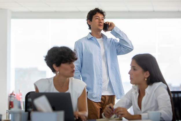 Średnie ujęcie ludzi biznesu w pracy