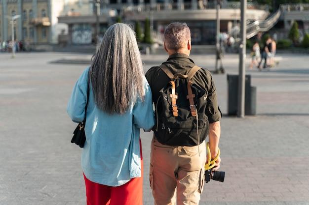 Średnie ujęcie ludzi idących razem