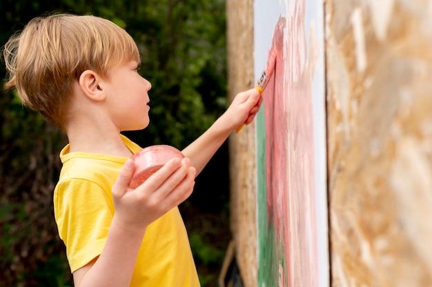 Średnie ujęcie malarstwa dla dzieci