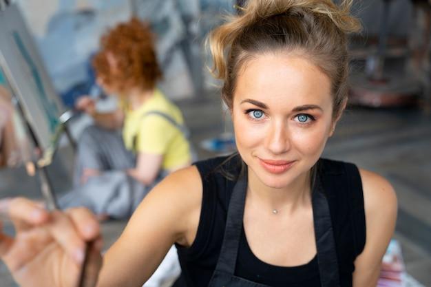 Średnie ujęcie malowania kobiet