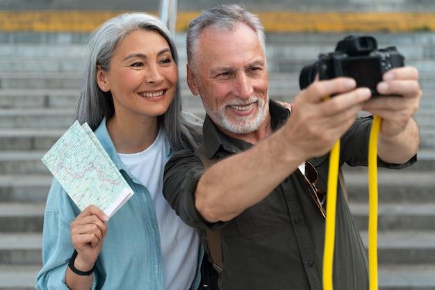 Średnie ujęcie osób robiących zdjęcie
