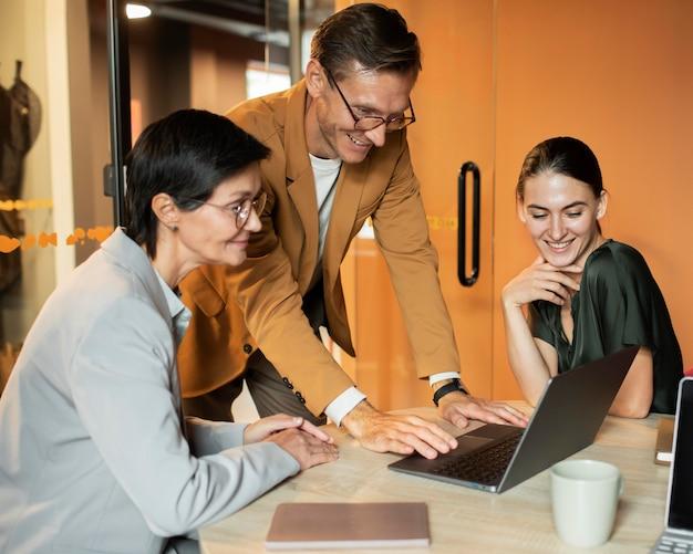 Średnie ujęcie osób siedzących przy biurku
