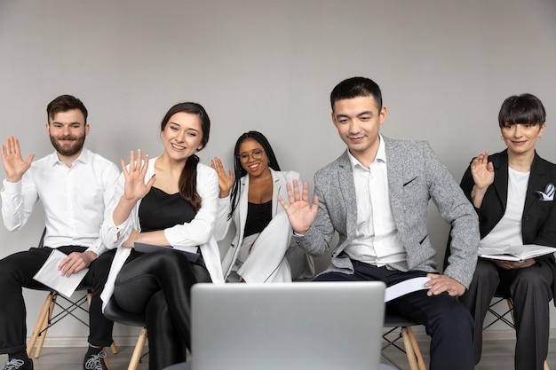 Średnie ujęcie pracowników podczas rozmowy wideo