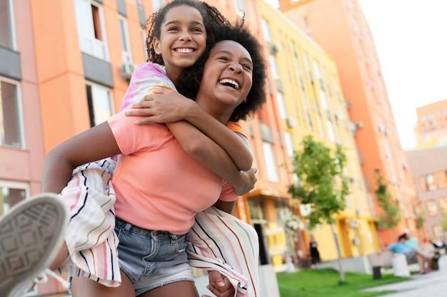 Średnie ujęcie szczęśliwe dziewczyny bawiące się
