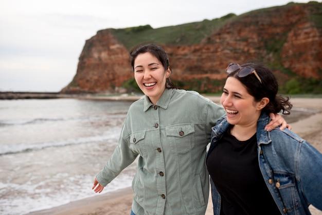 Średnie ujęcie szczęśliwe kobiety na zewnątrz