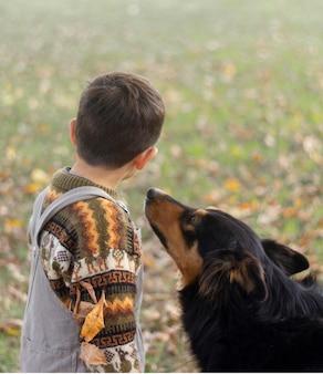 Średnie zdjęcie dzieciaka i słodkiego psa