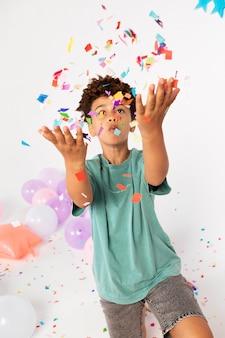 Średnie zdjęcie dzieciaka z konfetti