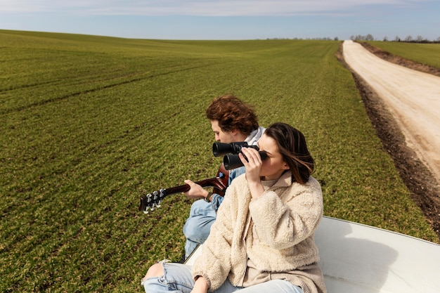 Średnio fotografowani przyjaciele podróżujący razem