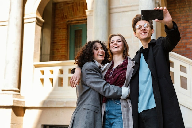 Średnio fotografowani przyjaciele robią selfie