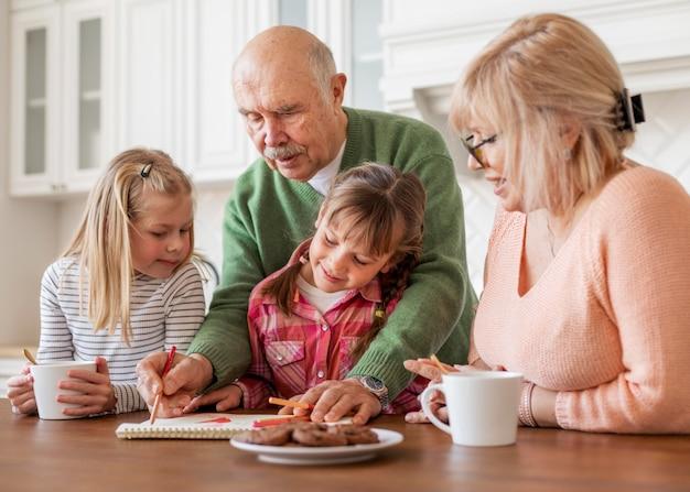 Średnio kręceni dziadkowie i dziewczynki