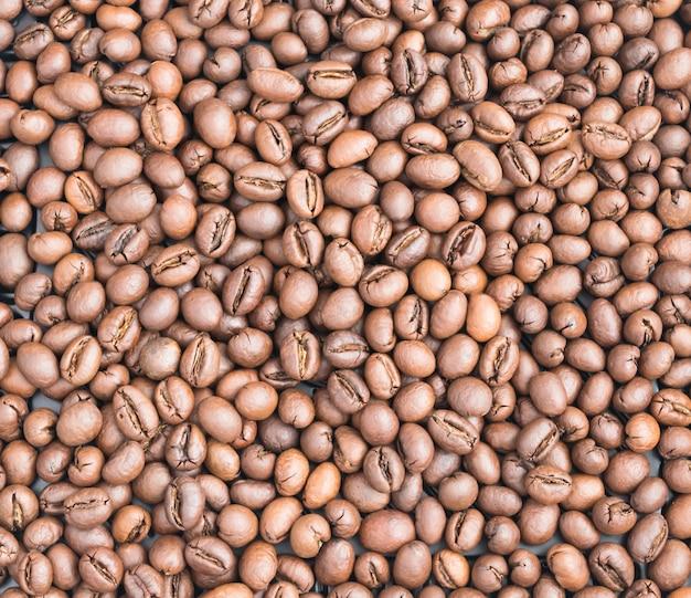 Średnio palona arabica i tło ziarna kawy robusta