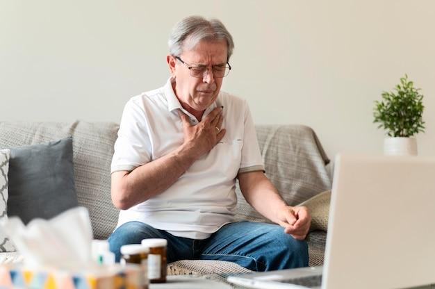 Średnio postrzelony mężczyzna z bólem w klatce piersiowej