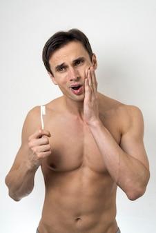 Średnio postrzelony mężczyzna z bólem zęba