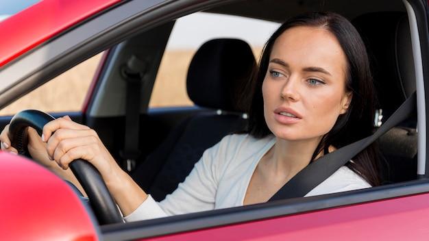 Średnio skupiona kobieta podczas jazdy
