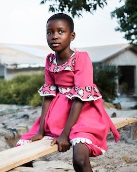 Średnio strzał afrykańskie dziecko na zewnątrz