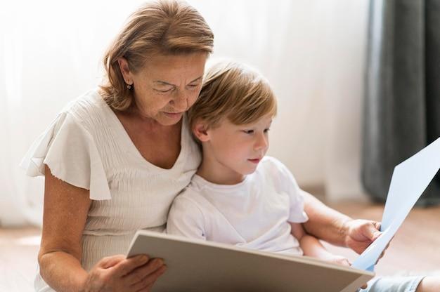 Średnio strzał babcia czytająca książkę