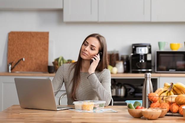Średnio strzał biznesowa kobieta pracuje od domu