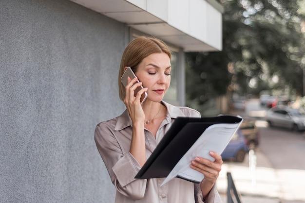 Średnio strzał biznesowa kobieta rozmawia przez telefon