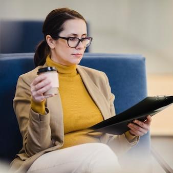 Średnio strzał biznesowa kobieta siedzi