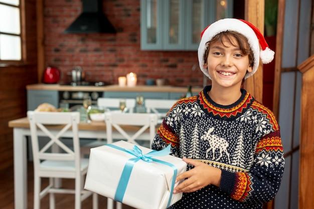 Średnio strzał buźkę chłopiec trzyma prezent