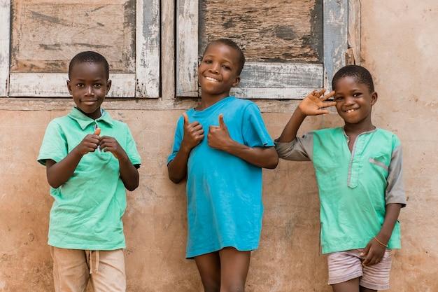 Średnio strzał buźki afrykańskich dzieci na zewnątrz