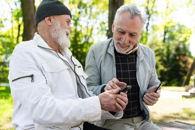 Średnio strzał buźki starzy mężczyźni