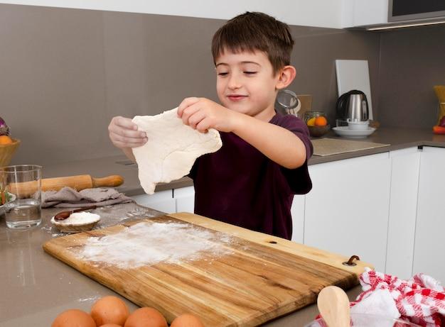 Średnio strzał chłopca hodującego ciasto