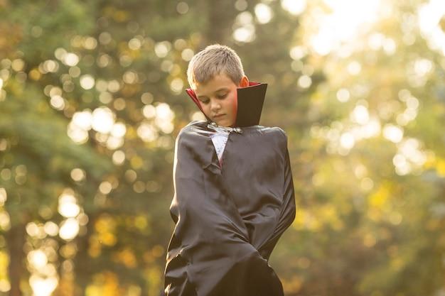 Średnio strzał chłopca w koncepcji kostiumu draculi
