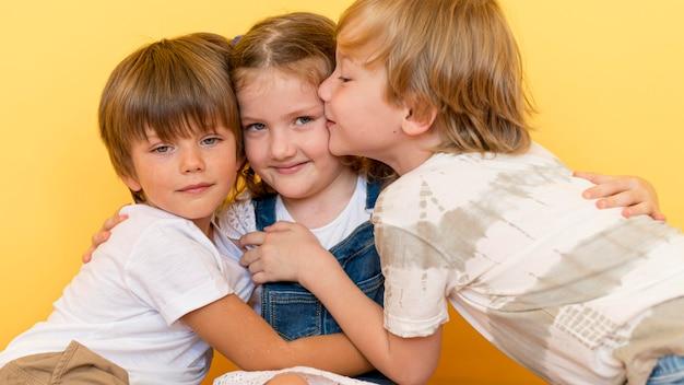 Średnio strzał chłopcy przytulający dziewczynę