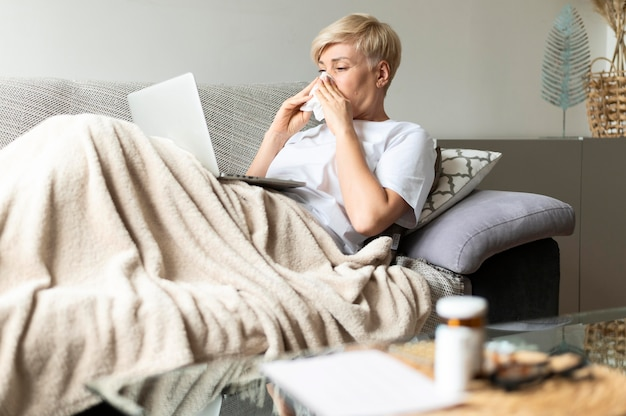Średnio strzał chora kobieta z tkanką