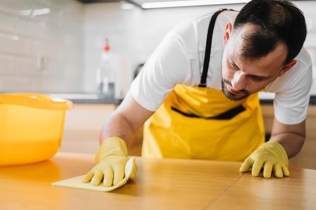 Średnio strzał człowiek czyszczenia tabeli