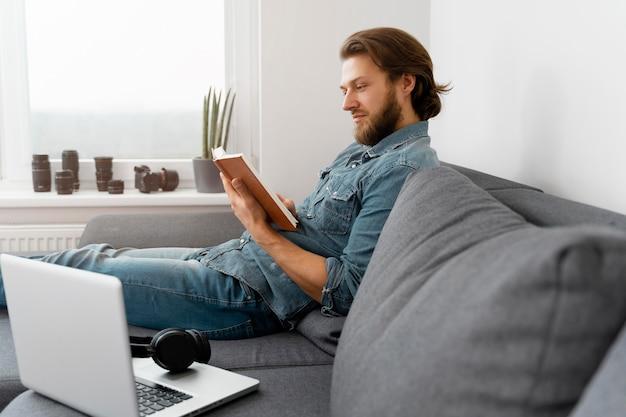 Średnio strzał człowiek czytający książkę