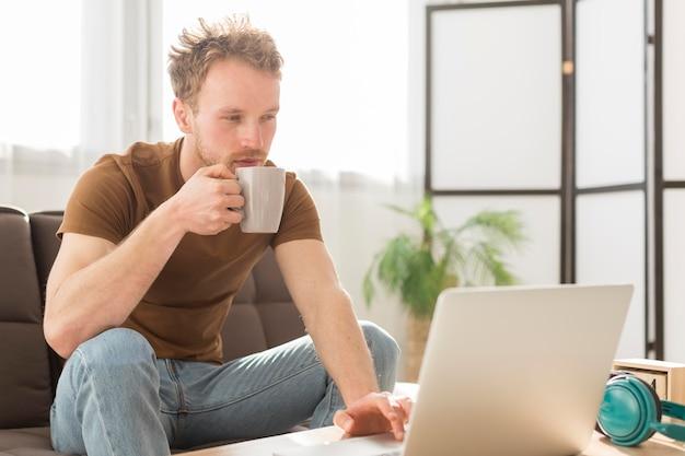 Średnio strzał człowiek pije kawę