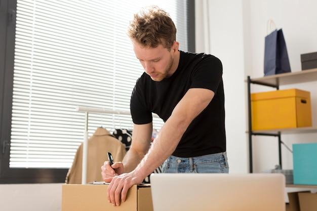 Średnio strzał człowiek przygotowuje pudełko