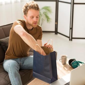 Średnio strzał człowiek sprawdzanie torby papierowej