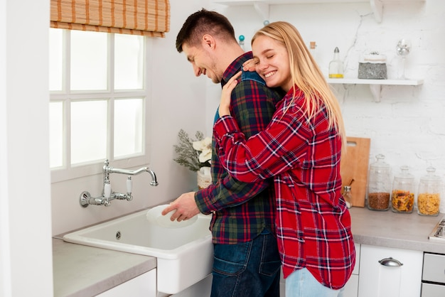 Średnio strzał człowiek zmywający naczynia