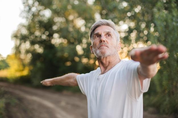 Średnio strzał człowieka ćwiczeń na świeżym powietrzu