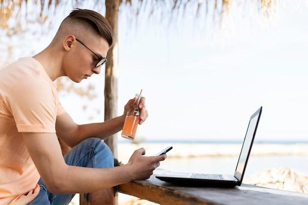 Średnio strzał człowieka na zewnątrz z laptopem