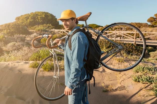 Średnio strzał człowieka niosącego rower