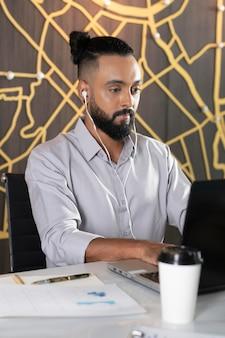 Średnio strzał człowieka pracującego ze słuchawkami