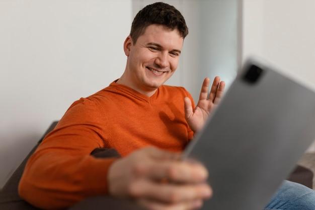 Średnio strzał człowieka trzymającego tablet