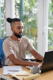 Średnio strzał człowieka wpisującego na klawiaturze