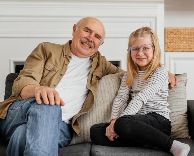 Średnio Strzał Dziadek I Dziewczyna Na Fotelu Premium Zdjęcia