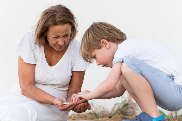 Średnio strzał dzieciak i babcia z kamieniami