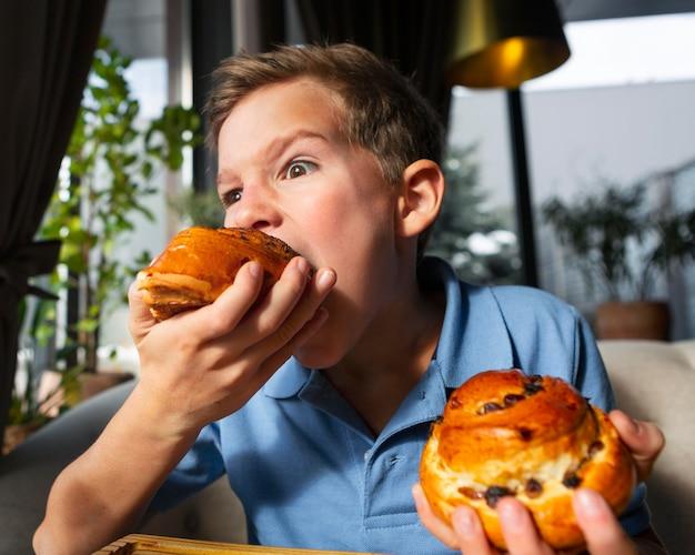 Średnio strzał dzieciak je deser