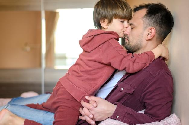 Średnio strzał dziecko całuje ojca